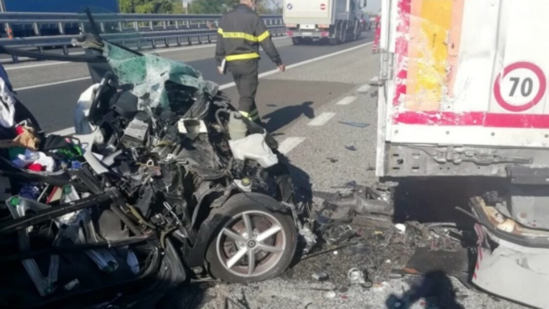 rosignano marittimo incidente auto distrutta foto