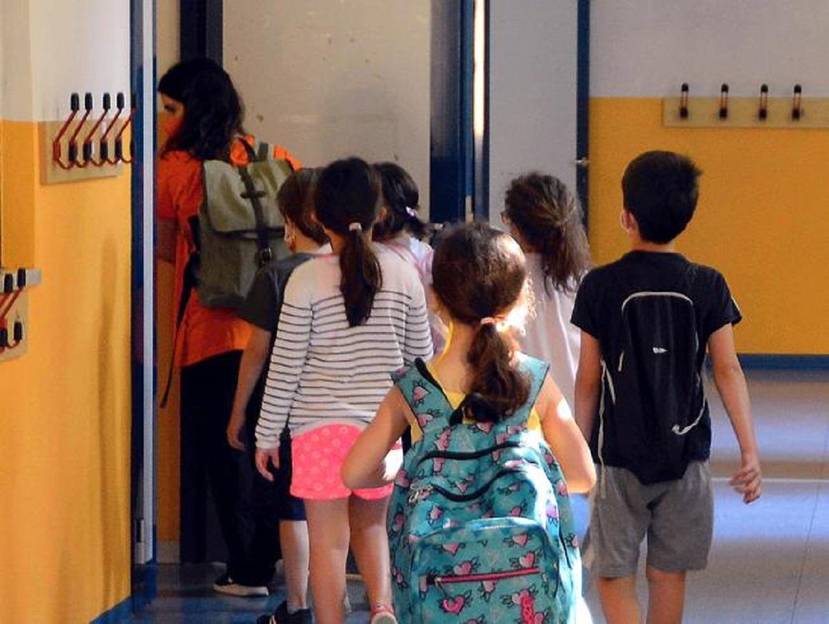 Lecce scuola infanzia Cesare Battisti giovane misterioso fuga
